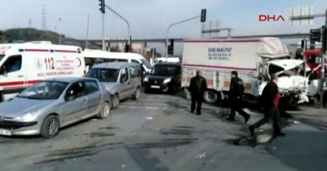 Belediye otobüsü ile kamyon çarpıştı