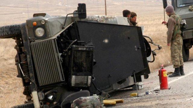 Askeri araç şarampole yuvarlandı