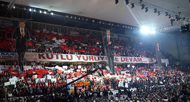 AKP kongresinde ilginç koreografi!