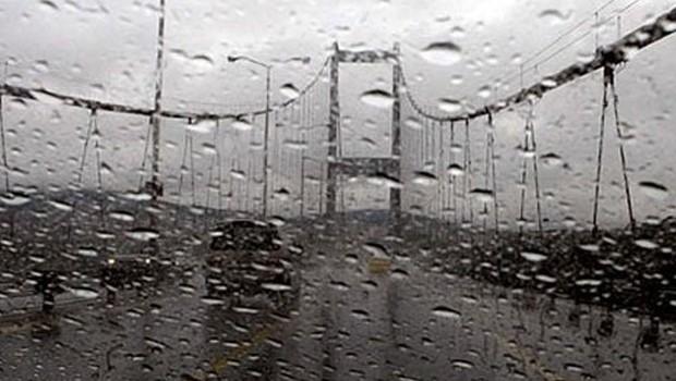 Yağmur bastırdı, İstanbul trafiği kilitlendi!
