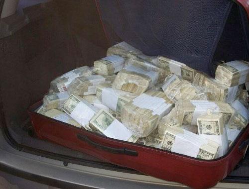 Eski bakan para dolu bavulla yakalandı