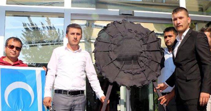 Ülkü Ocaklarından MHP'li Belediye'ye siyah çelenk
