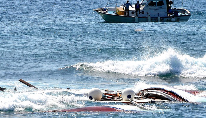 156 kişilik turist teknesi battı!