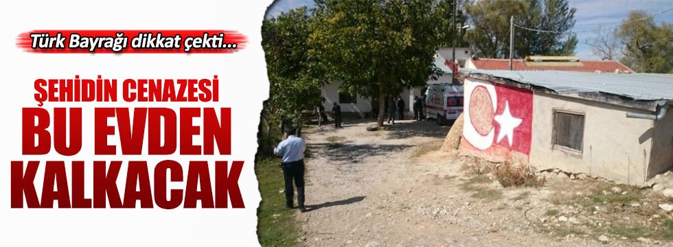 Şehidin baba ocağındaki Türk Bayrağı dikkat çekti