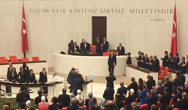 CHP ve MHP Erdoğan'ı ayakta alkışladı