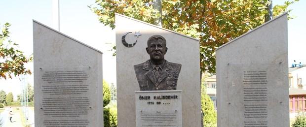 O üniversiteye, kahraman Şehit Ömer Halisdemir'in büstü dikildi