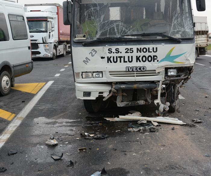 Öğrenci servisi, iki kamyonetle çarpıştı