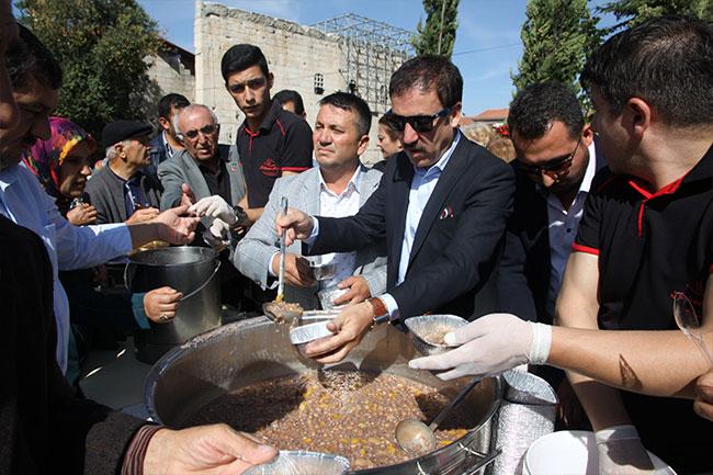 Ankaralılar Hacı Bayram'da aşure dağıttı