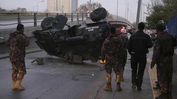Zırhlı polis aracı üst geçitten düştü