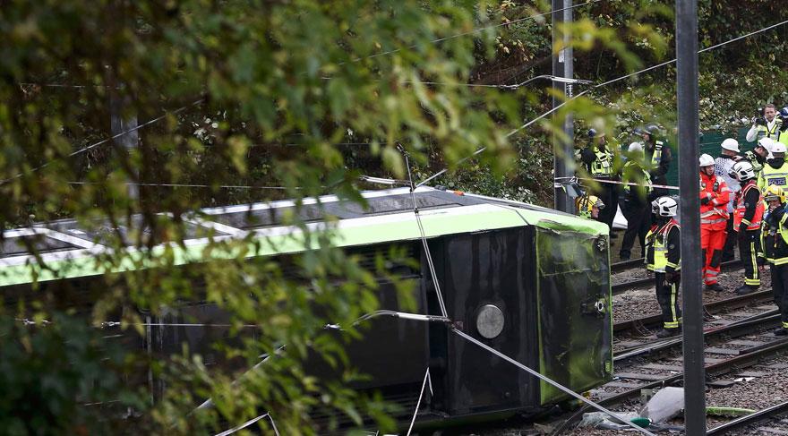 Londra'da tramvay devrildi: Ölenler var!