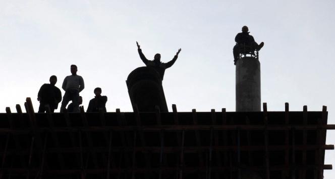 Paralarını alamayan işçiler inşaatı söktü