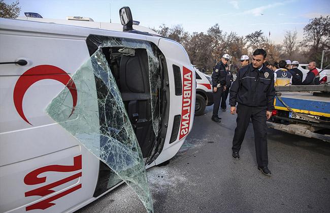 Ambulans devrildi! İki yaralı