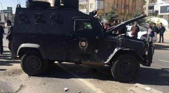 Zırhlı polis aracı devrildi