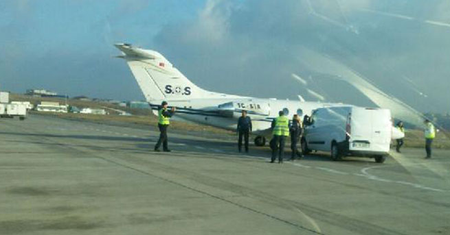 Minibüs uçağa çarptı