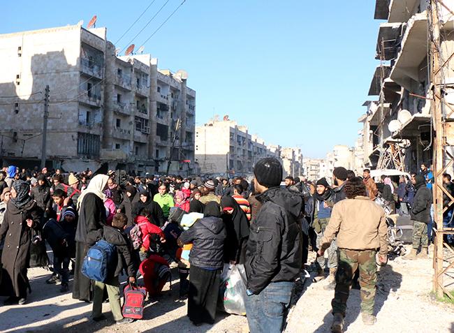 Halep'ten çıkan 3 konvoy daha Türkiye sınırındaki İdlib'e ulaştı