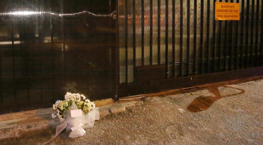 Büyükelçiliğin önünde esrarengiz çiçek