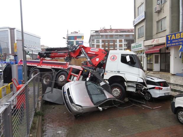 İstanbul'da vinçli kamyon 8 aracı ezdi