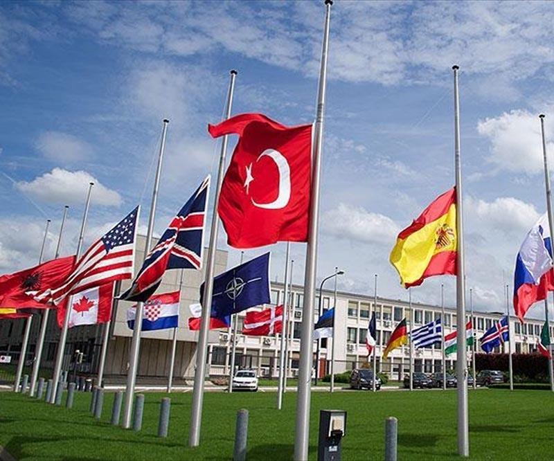 Bayraklar Reina saldırısı için yarıya indirildi