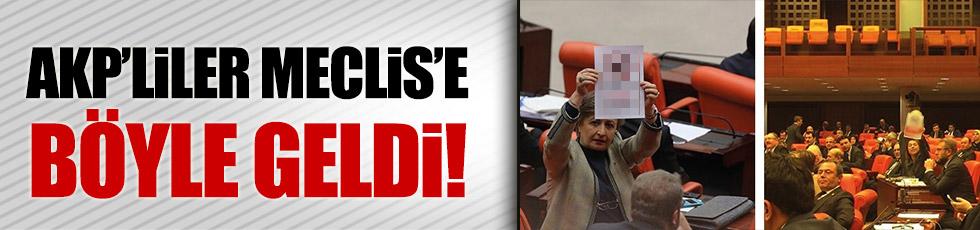 """AKP'liler Meclis'e """"Dikkat! Köpek giremez"""" pankartları ile geldi"""