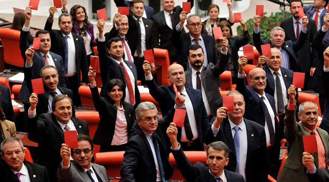 CHP'li vekillerden kırmızı kartlı protesto