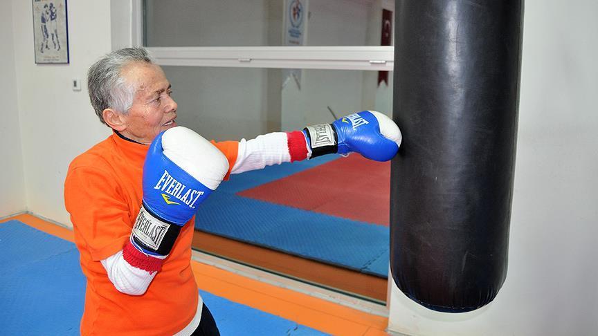 73 yaşında boks eldivenlerini giydi
