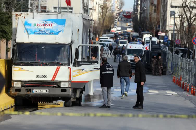 İstanbul Emniyet'i önünde silah sesleri