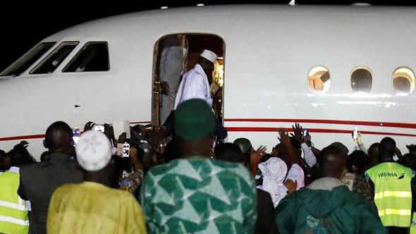Diktatör başkan devleti soyup kaçtı!