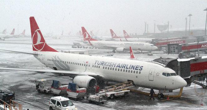 Uçak seferlerine kar iptali