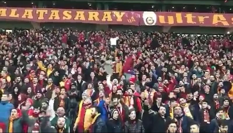 Galatasaray taraftarı İzmir Marşı'nı söyledi!