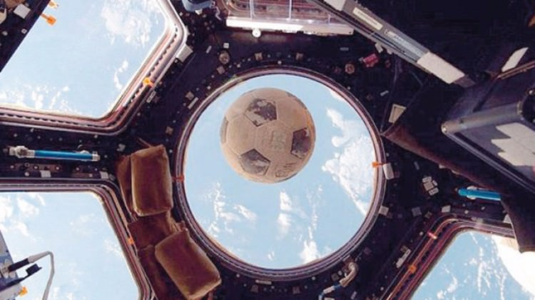 Uzay istasyonunun camına futbol topu çarptı