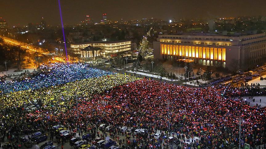 On binlerce kişi hükümeti istifaya çağırdı