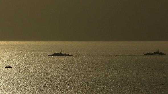 Türk ve Yunan savaş gemileri Kardak'ta karşı karşıya geldi
