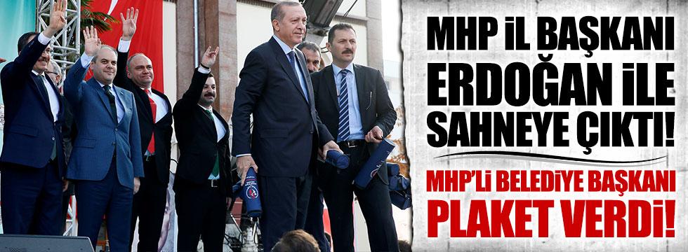 MHP İl Başkanı Erdoğan ile sahneye çıktı, Belediye Başkanı plaket verdi