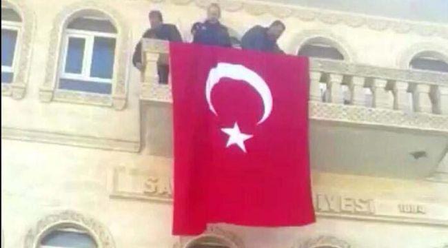 O belediyeye bayrak astılar!