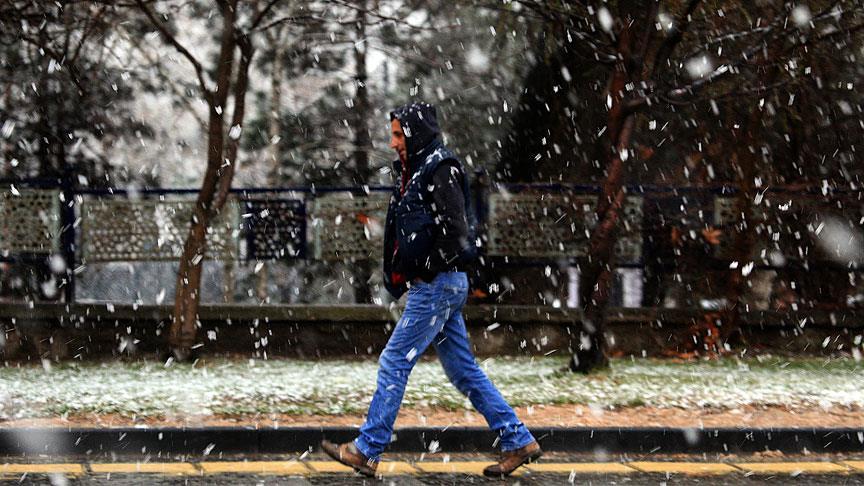 Ankara güne kar yağışı ile uyandı