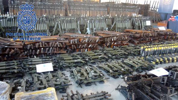 Bir orduya yetecek silah ele geçirildi