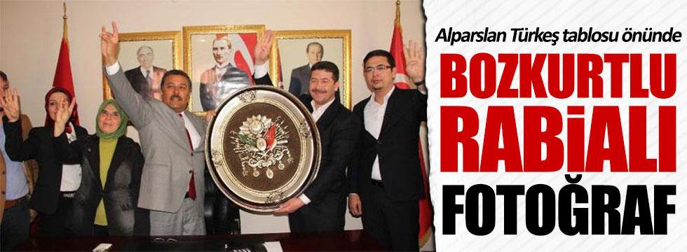 Alparslan Türkeş tablosu önünde Bozkurtlu Rabiali fotoğraf çektirdiler