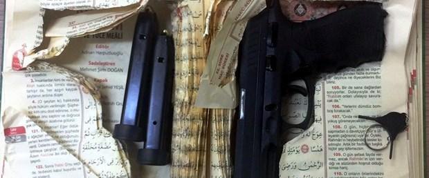 Kur'an içine gizlenmiş silah bulundu