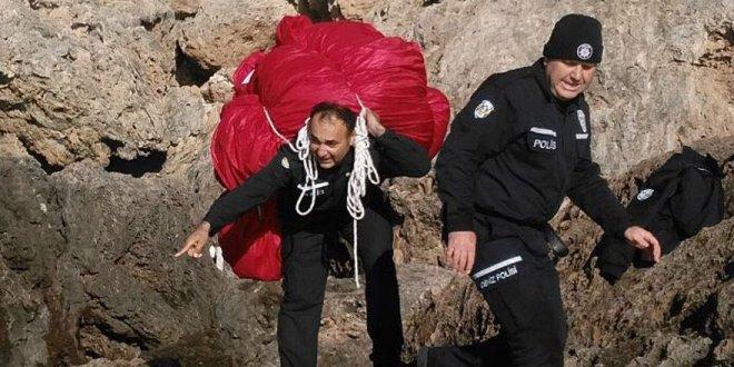 100 kilogramlık Türk Bayrağı'nı sırtladı