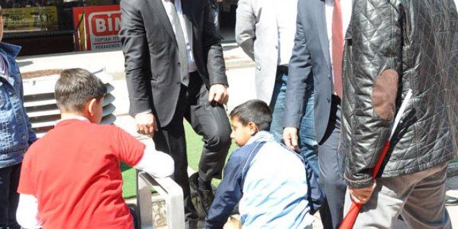 23 Nisan'da çocuk işçiye ayakkabı boyattı