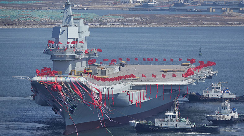 Çin'in ilk yerli uçak gemisi suya indirildi