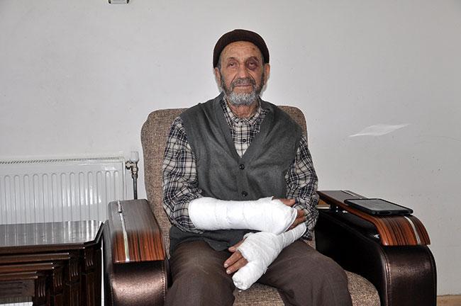 Cami çıkışlı yaşlı adamın kollarını kırdılar