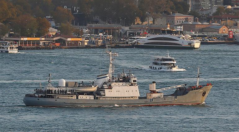 Savaş gemisi ve yük gemisi çarpıştı