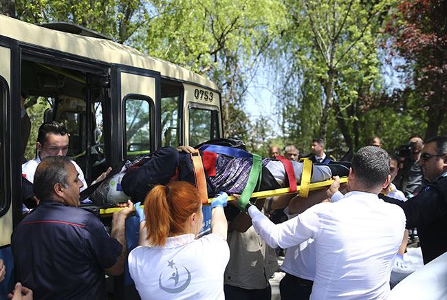 Başkentte dolmuş ağaca çarptı: 6 yaralı