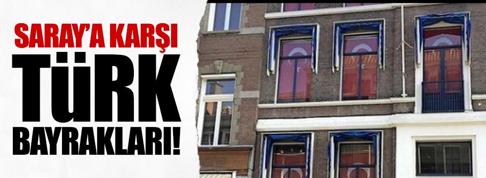 Kralın sarayına karşı Türk bayrakları
