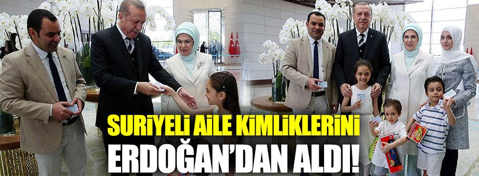 Suriyeli aile kimliklerini Erdoğan'ın elinden aldı