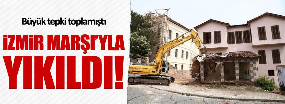 Atatürk Evi'nin önündeki 'ucube' İzmir Marşı'yla yıkıldı!