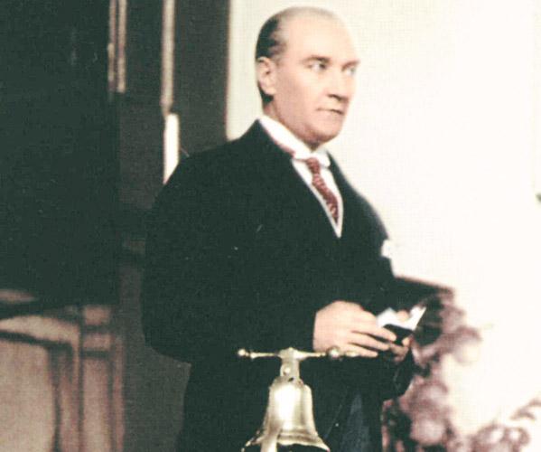 Mustafa Kemal Samsun'a Cafer'in  sıkılmış iki yumruğu ile ayak bastı