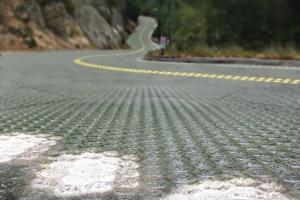 """Öğrenciler metrobüsler için """"güneş enerjili yol"""" tasarladı"""