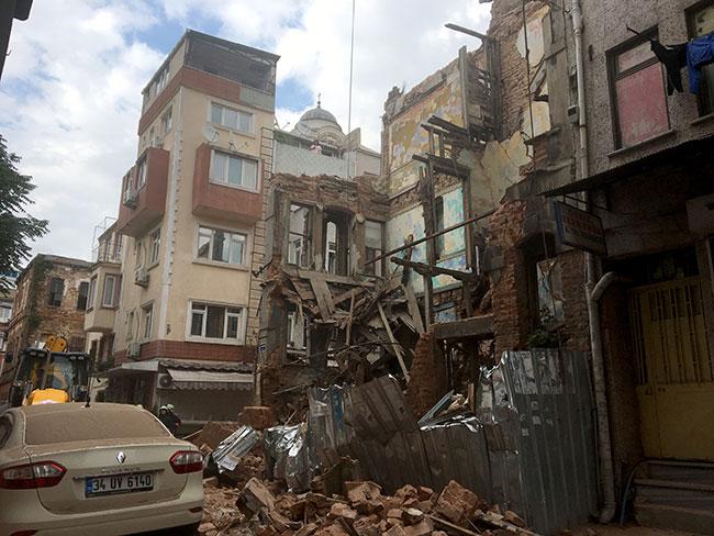 Kumkapı'da bina çöktü !